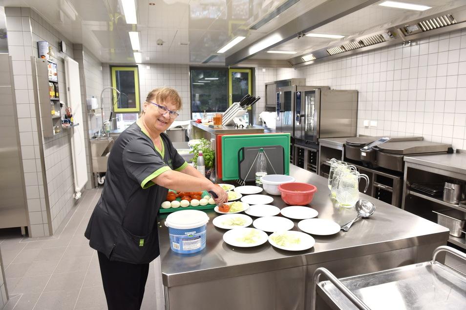 Marian Zimmermann freut sich über die moderne Küche. Sie arbeitet seit 30 Jahren im Winfriedhaus und ist damit am längsten dabei.