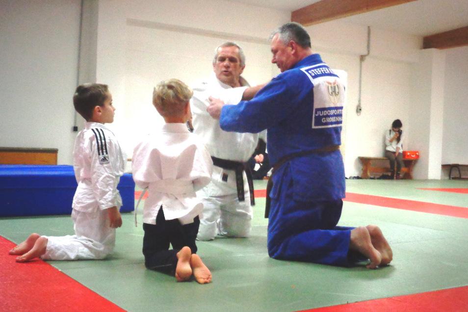 Dieter König und Steffen Klemt (blauer Anzug) kümmern sich gemeinsam mit weiteren Ehrenamtlern um die Ausbildung junger Judokas in Großenhain.