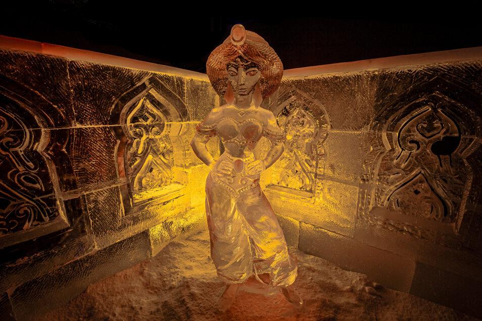 Selbst die Details an Jasmins detailreichen Outfit kreieren die Künstler aus den Eisblöcken.