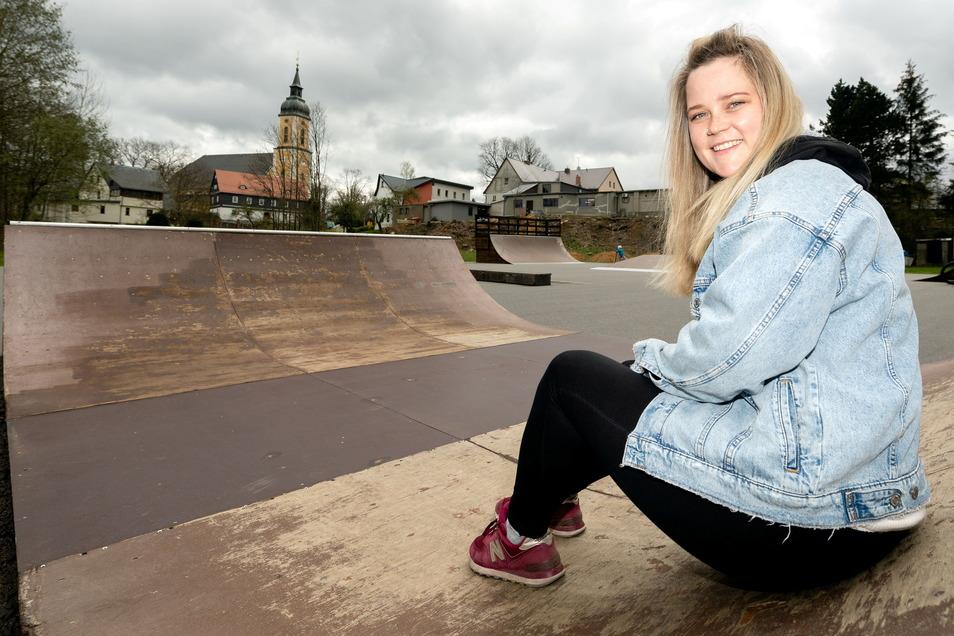 Carolin Griesch vom Verein Valtenbergwichtel hat die Skaterbahn in Neukirch mit ihren Kollegen repariert. Doch wenige Stunden später gab es schon wieder die ersten Schäden.