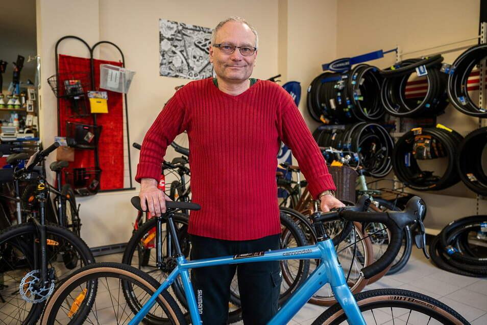 Michael Dobrohlaw steht in seinem Fahrradladen auf dem Fischmarkt in Görlitz. Er wartet auf Lieferung.