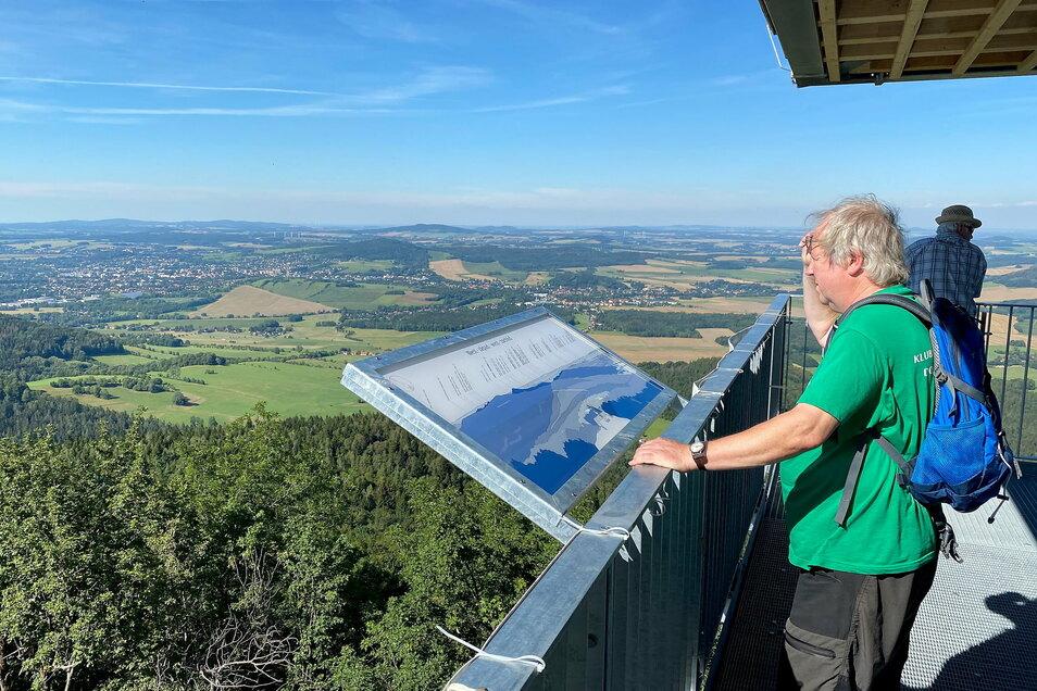 Panoramaplatten auf der Aussichtsplattform zeigen 50 Berge und Höhen, die vom Turm aus zu sehen sind. Diese detaillierten Fernsichten hat Ralf Reimann selbst gezeichnet.