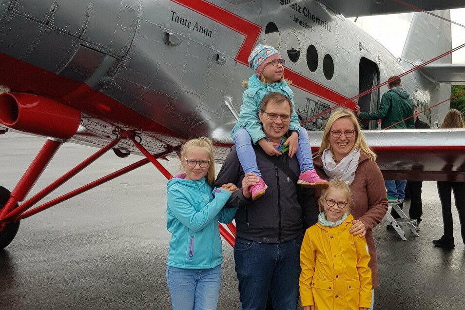 Nicht nur Alena durfte mit dem Oldtimerflugzeug fliegen, sondern die ganze Familie Riedel. Für alle war es ein tolles Erlebnis.