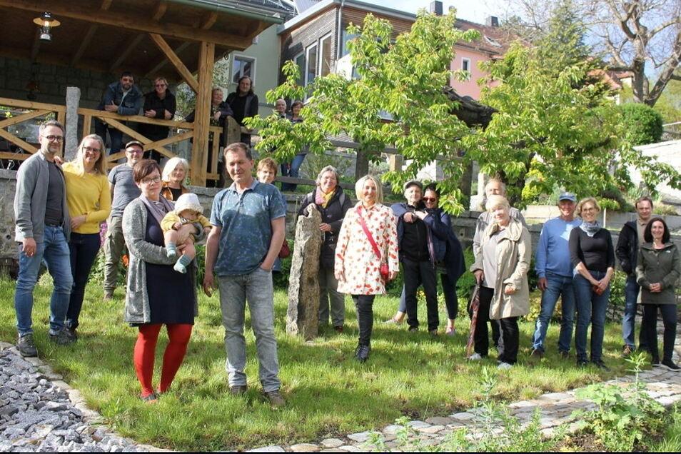 """Die Gemeinschaft der """"Offenen Gartenpforte"""" in Kamenz und Umgebung ist gewachsen. Neu dabei ist zum Beispiel Familie Peuker (Mitte vorn) mit ihrem grünen Refugium an der Pulsnitzer Straße 73. Am 20. Juni öffnen 20 Gärten ihre Türen für Neugierige."""