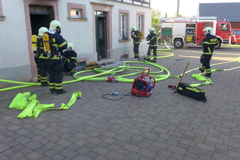 Mehrere Kameraden löschten den Brand und versuchten ein Übergreifen zu verhindern.