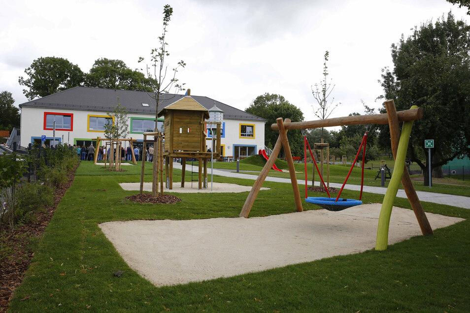 Der Kita-Neubau im Kamenzer Ortsteil Wiesa ist fertig. Er bietet Platz für 170 Kinder - und auch einen Außenbereich mit vielen Spielgeräten.