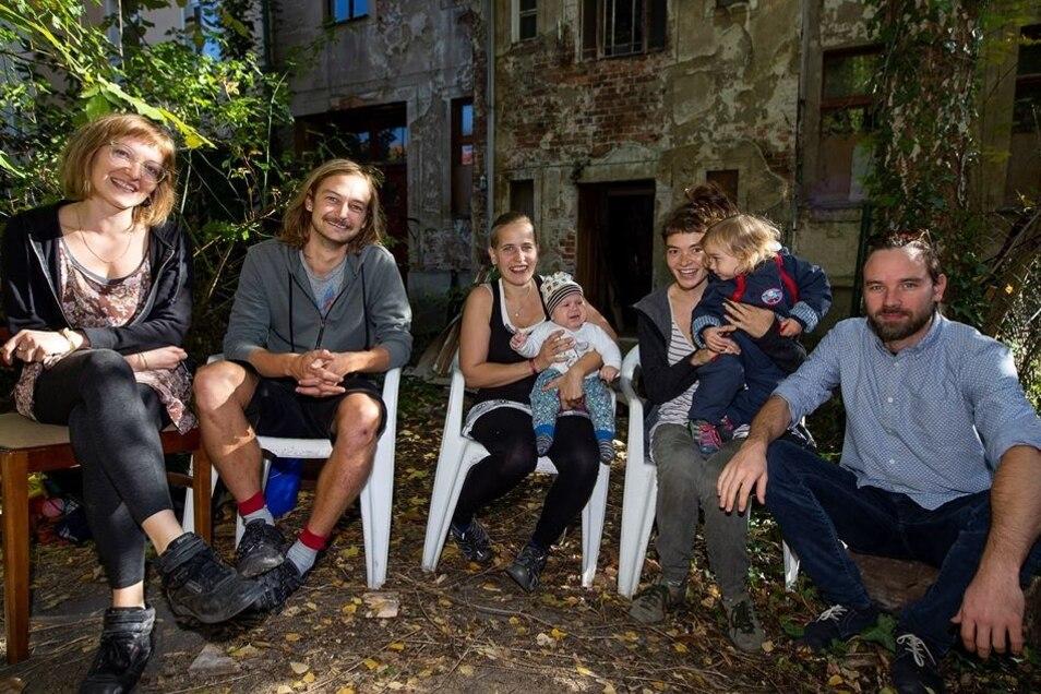 """Rina, Raffael, Jana, Rosa und Dan (v.l.) haben mit acht weiteren Leuten das Hausprojekt """"Grünes Örtchen"""" gegründet und die Sohrstraße 12 gekauft, wo sie mit ihren Kindern leben möchten. Hier sitzen sie in der Oktobersonne im Garten hinter dem noch unsanie"""