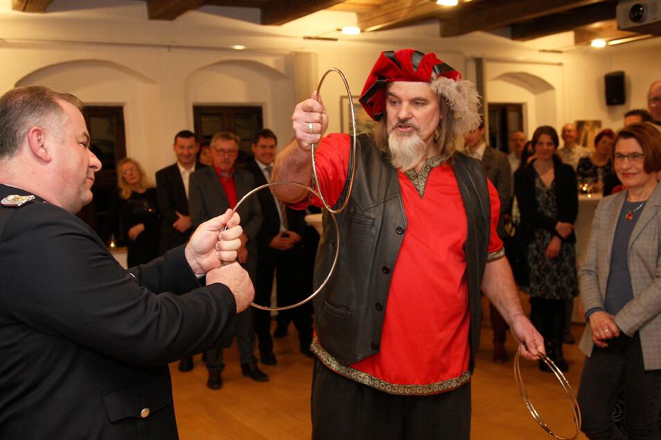Lohmens Gemeindewehrleiter Marco Schütze wird von Gaukler Chandro verzaubert.