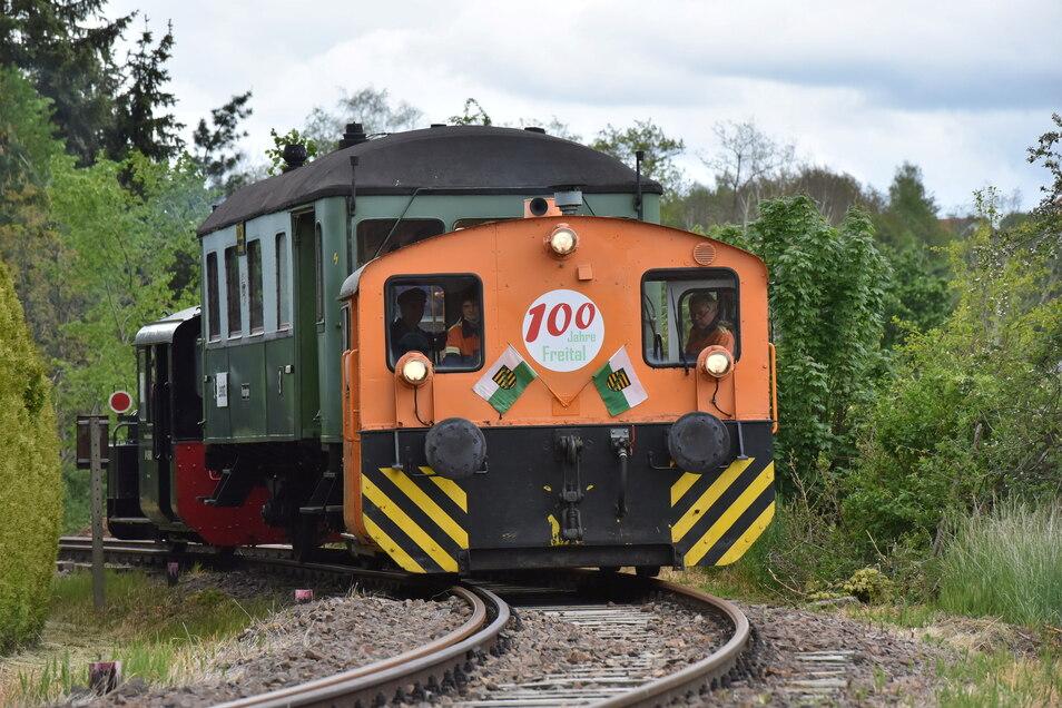 Schon für den Stadtgeburtstag geschmückt: Freitals Windbergbahn tuckert vom Haltepunkt Leisnitz in Richtung Bahnhof Dresden-Gittersee.
