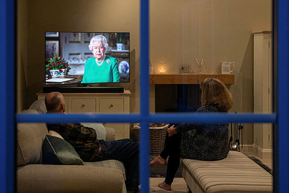 Briten verfolgen eine Ansprache der britische Königin Elizabeth II. die im Fernsehen übertragen wird. Die seltene Ansprache hielt die Monarchin wegen der Corona-Krise.