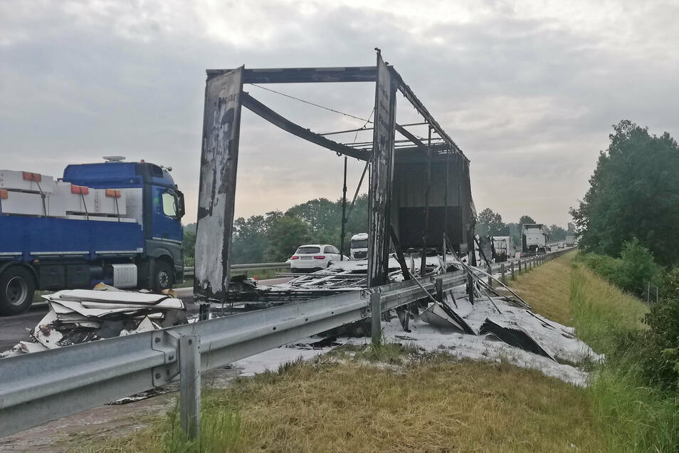 Am späten Vormittag wurde die Vollsperrung der Autobahn aufgehoben. Voraussichtlich bis in den Abend hinein wird eine Spur der A 14 gesperrt bleiben.
