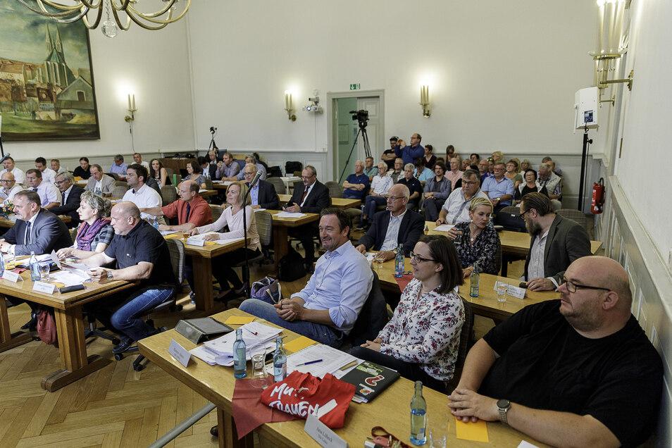 Blick auf die alten und neuen Stadträte zu ihrer ersten Sitzung.