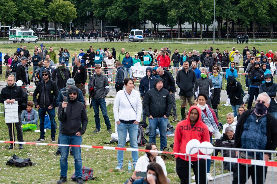Teilnehmer einer Demonstration gegen die Anti-Corona-Maßnahmen der Politik in München.