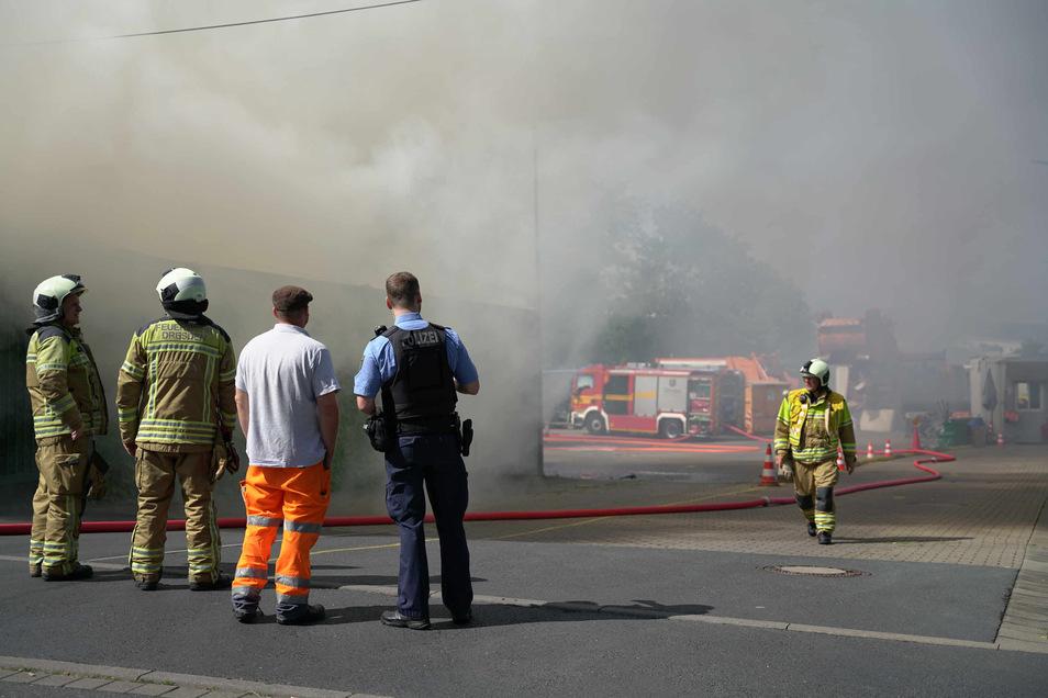 Die Dresdner Feuerwehr war am Freitag bei einem Brand auf dem Wertstoffhof in Reick im Einsatz.