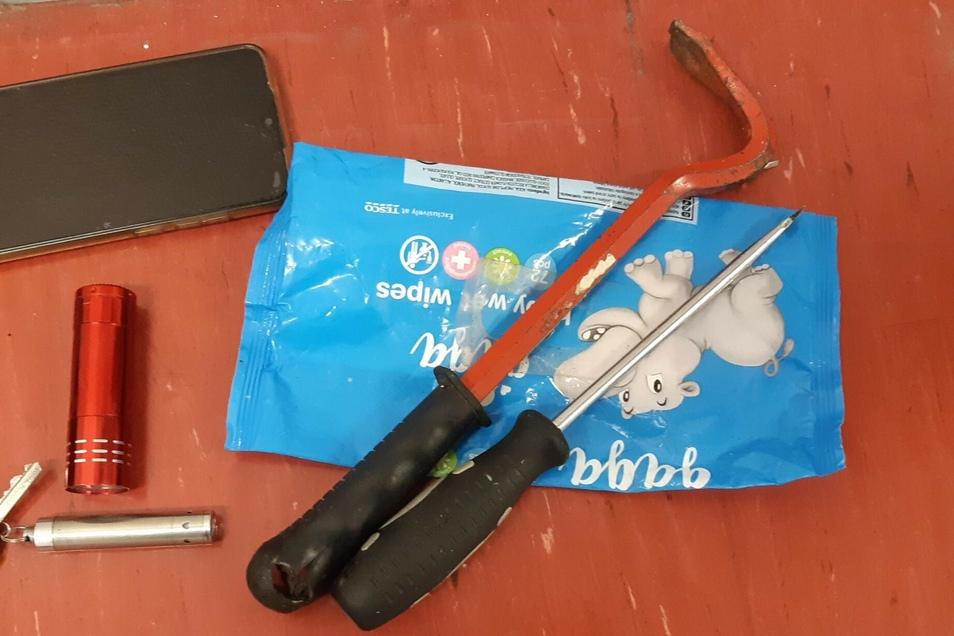 Diese Werkzeuge haben Beamte bei dem Duo gefunden.