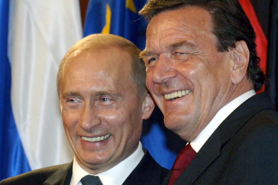 Gerhard Schröder, hier mit einem engen Freund, hat die Republik in Richtung wirtschaftlicher Gesundung und Krisenfestigkeit geführt, aber auch zu einem Billiglohnland mit immer mehr prekär lebenden Menschen.