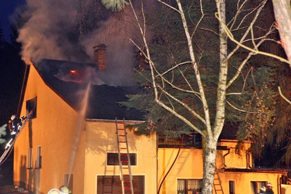 Beim Ausbruch des Feuers hielt sich ein 62-Jähriger in dem Haus auf.