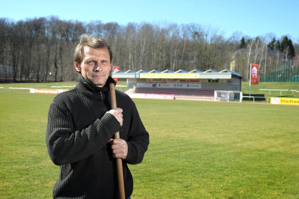 Hat im Heinz-Gruner-Sportpark trotz Spielpause immer reichlich Arbeit: Platzwart Uwe Zimmermann.