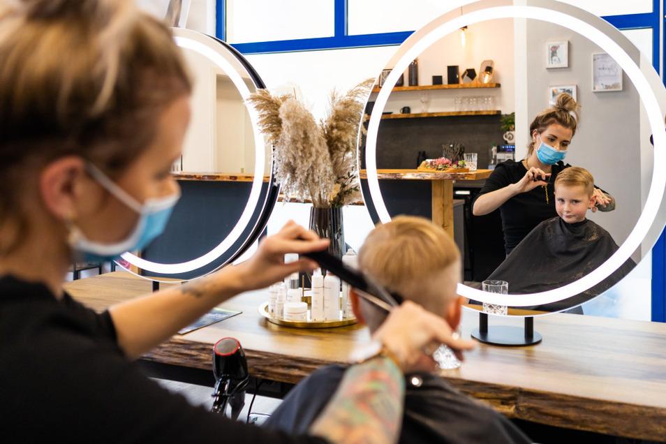 Henrik zählte zu den Kunden, die sich während der kurzen Öffnungszeit von einigen Wochen in der Stylebar von Inhaberin Lisa Weizel frisieren lassen konnten.