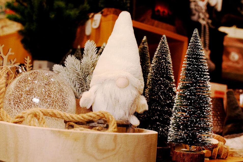 """""""Bruno"""" wurde der Wichtel getauft, der hier bei Trendy in weihnachtlicher Deko sitzt."""