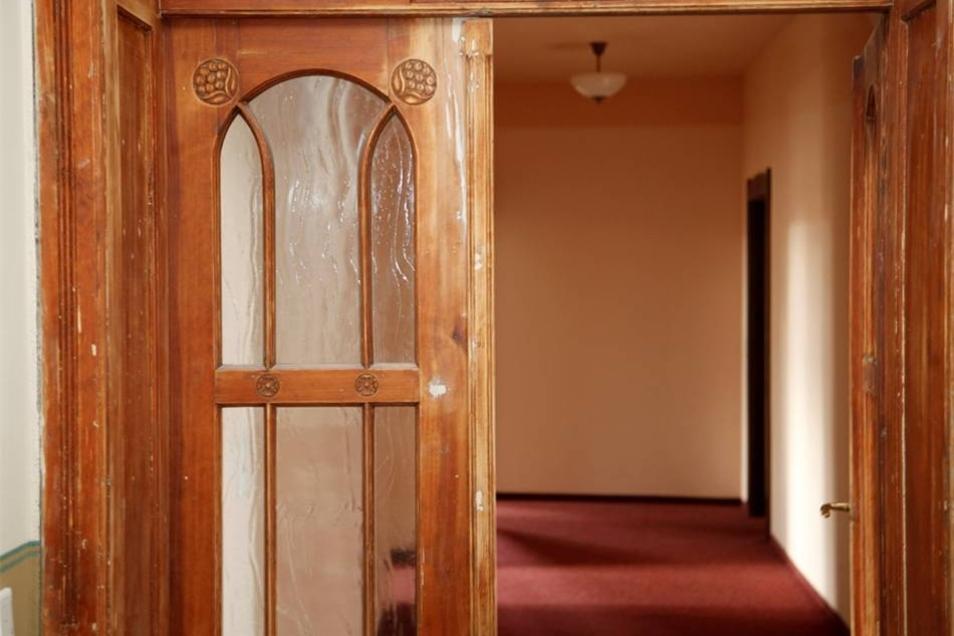 In den Fluren sind die alten Türen erhalten.