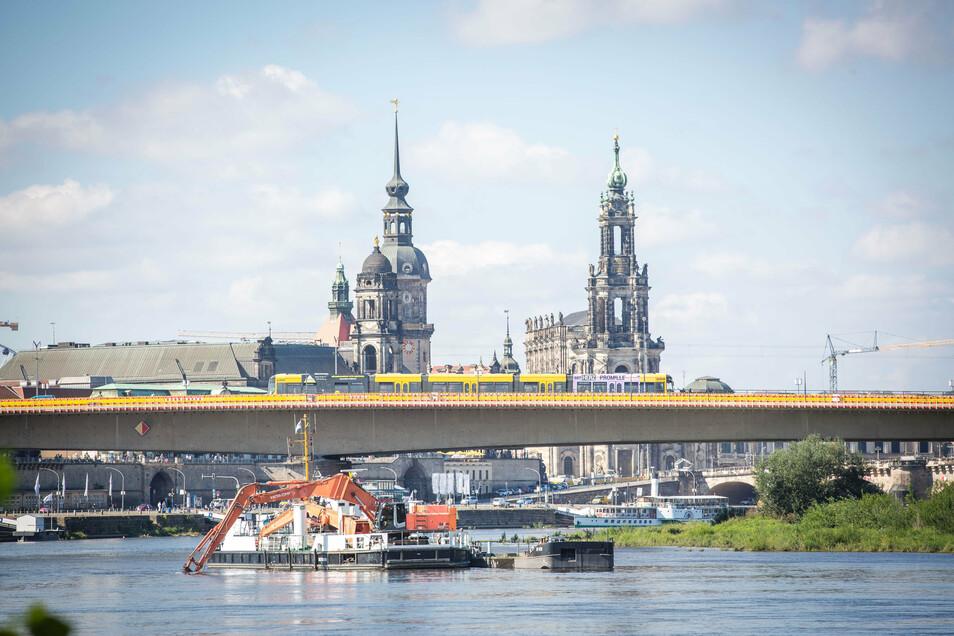 Der Schwimmgreifer Meißen arbeitet derzeit in der Elbe vor der Dresdner Carolabrücke.