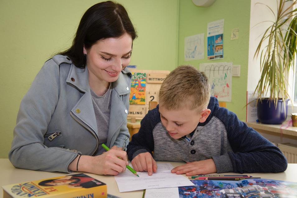 """""""Ein Stück mehr Gerechtigkeit"""": Studentin Noela hilft Roman bei den Hausaufgaben."""