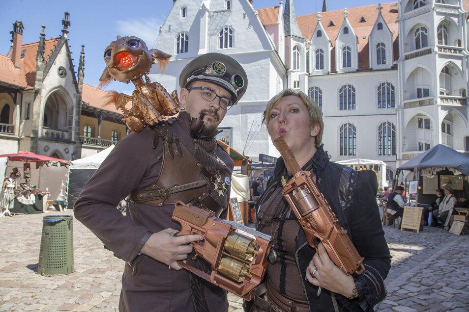 """Das Meißner """"Mit Zahnrad und Zylinder""""-Festival ist für viele Besucher eine Gelegenheit in eine Rolle zu schlüpfen. Diese beiden Leipziger verwandelten sich im vergangenen Jahr in Graf Rufus und Gräfin Othelia von Parthenaue."""