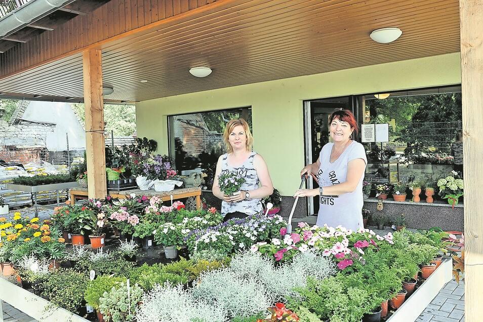 In der Blumen-und Kranzbinderei in der Berliner Chaussee in Bad Muskau bieten Claudia Schrädter und Sigrid Melling nicht allein Trauersträuße und Grabschmuck an.