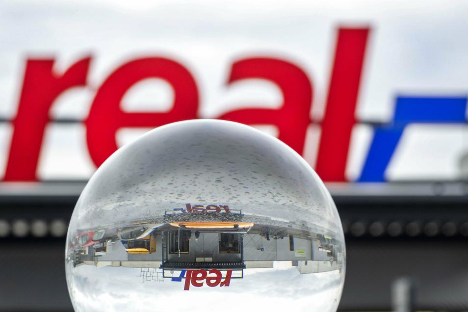Blick in die Glaskugel: Derzeit ist die Zukunft vieler Real-Filialen offen.