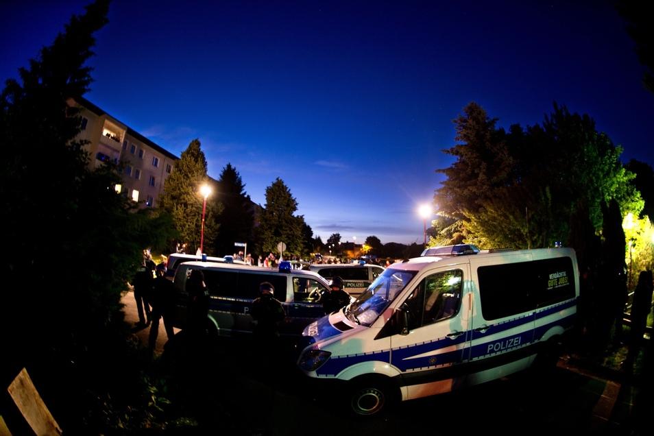 Im Juni 2015 nahmen die Proteste vorm Hotel Leonardo in Freital stark zu. Die Polizei musste die Flüchtlingsunterkunft Tag und Nacht sichern.