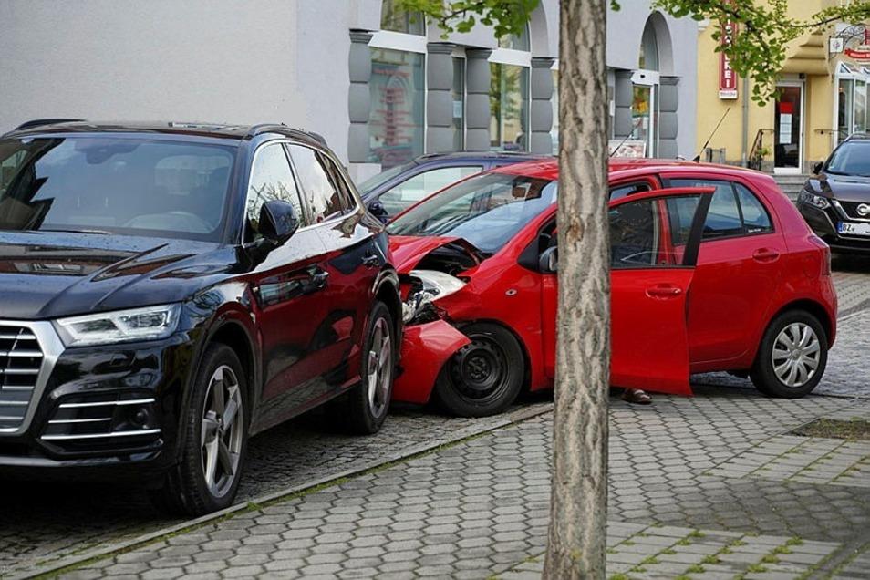 Vor einer Bäckerei unweit der Bautzener Friedensbrücke ist am Donnerstagmorgen ein Toyota in einen Audi gekracht.