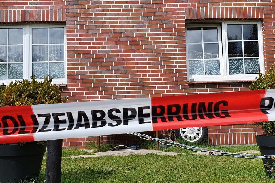 Eine 35-jährige Frau und ihr 4-jähriger Sohn sind tot in einem Haus im niedersächsischen Bispingen entdeckt worden.