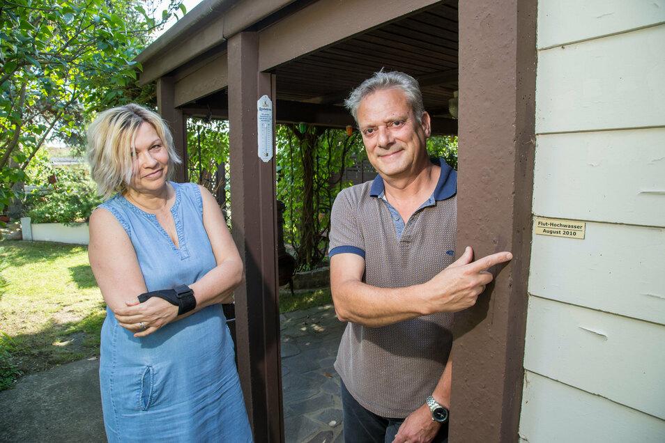 Heute, zehn Jahre nach dem Hochwasser, erinnern nur noch die Marken an der Wand an die Wassermassen auf dem Grundstück von Andrea und Dirk Haufe. Beide können heute wieder lächeln. Lange war ihnen aber nicht danach zumute.