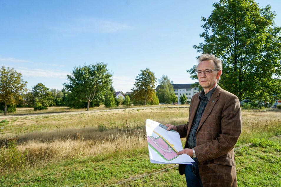 Hier soll ein neues Wohngebiet entstehen: Andreas Wendler, Geschäftsführer der Wohnungswirtschaft und Bau Gesellschaft, zeigt den Bauplan für den Eigenheimstandort Süßmilch- und Bergstraße in Bischofswerda.