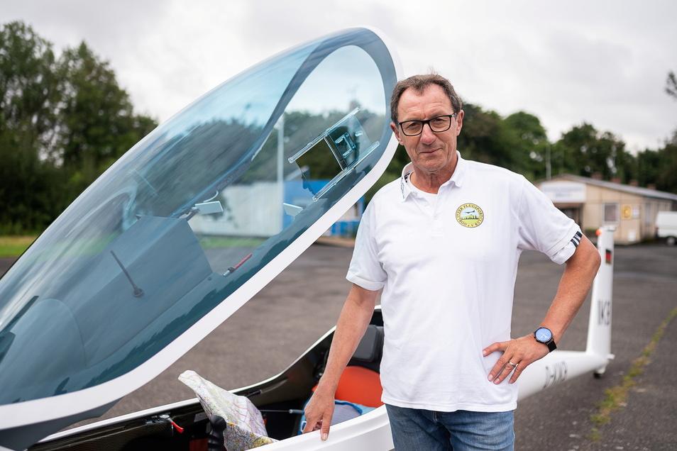 Heinz-Dieter Schüch steht vor seinem Segelflugzeug auf dem Flugplatz in Görlitz. Hier ist sein Flugsportclub ansässig.