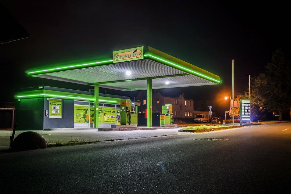 """Besonders abends fällt die """"Greenline""""-Tankstelle an der Strehlaer Bahnhofstraße mit ihrer Beleuchtung im Stadtbild auf."""