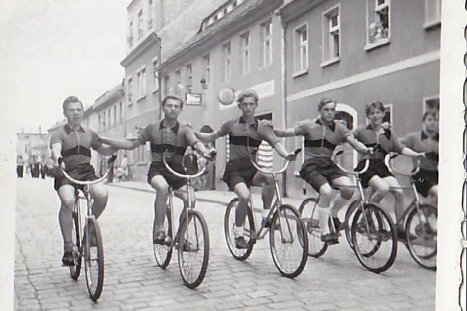 """Reigenfahren - heute heißt das Kunstradfahren - in Kamenz. Das Foto entstand zwischen 1960 und 1965. Der Anlass ist unbekannt. Zu sehen ist der damalige Radfahrer-Klub """"Frohe Fahrt """" Gelenau - jetziger Verein die SG Lückersdorf Gelenau e.V."""