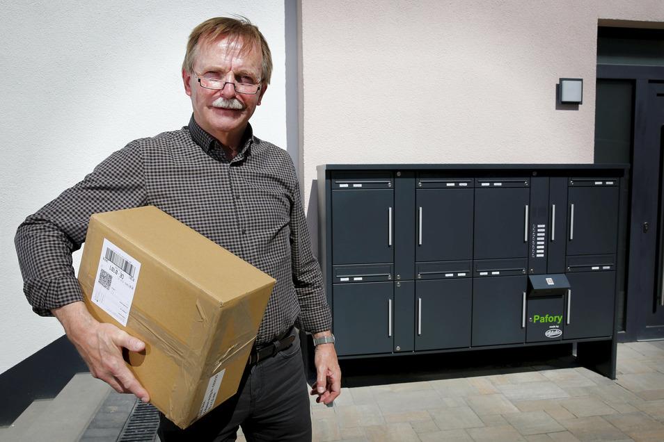 Der Geschäftsführer von Allebacker Großröhrsdorf Manfred Schule vor der neuen Brief- und Paket-Kastenkombination in Pulsnitz.