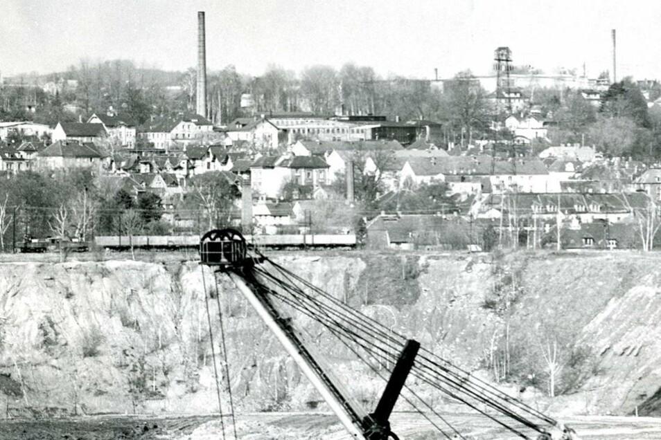 So sah Olbersdorf aus, als in der Grube noch Kohle abgebaut und der See noch nicht geflutet war. Ähnliche Bilder hätte man von Zittau fotografieren können, wenn die DDR-Abbaupläne Wirklichkeit geworden wären. In den 1980er Jahren gab es bereits überall in