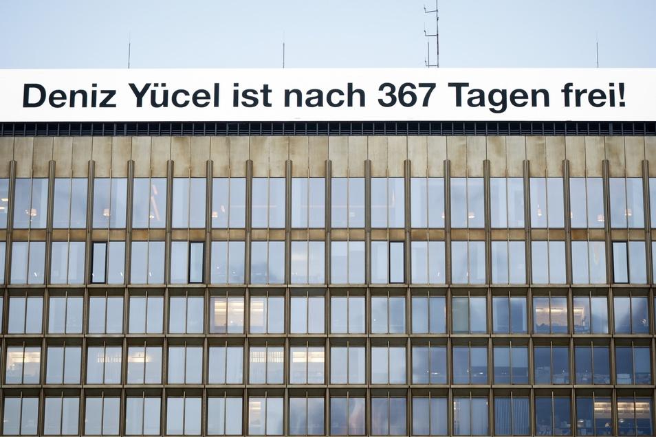 Nach mehr als einem Jahr in türkischer Haft konnte Yücel am 16. Februar 2018 das Gefängnis in Silivri bei Istanbul verlassen.Als Reaktion darauf veröffentlichte der Axel-Springer-Verlag diese Leuchtschrift auf seinem Verlagshaus in Berlin.