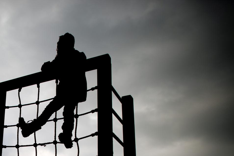 Im Corona-Jahr 2020 ist die Zahl der Verfahren zur Kindeswohlgefährdung in Sachsen stark gestiegen.