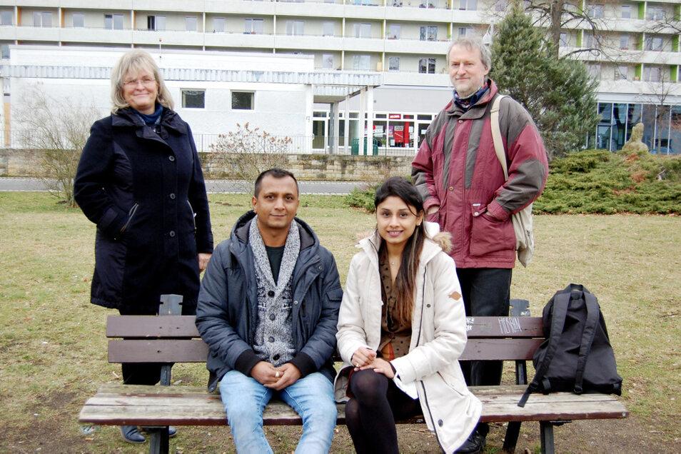 """Das Ehepaar Patel, hier mit Birgit Radeck und Jörg Michel vom Bürgerbündnis """"Hoyerswerda hilft mit Herz"""" kann für sich und seine Töchter Hoffnung auf eine Bleibeerrlaubnis haben. Sachsens Härtefallkommission hat sich jedenfalls vor ein paar Tage"""