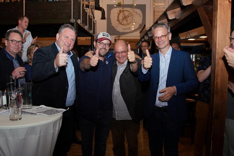 Markus Reichel (r.) und Lars Rohwer (mit Mütze) von der CDU sind die Gewinner der Direktmandate in den Wahlkreisen Dresden I sowie Dresden II – Bautzen II.