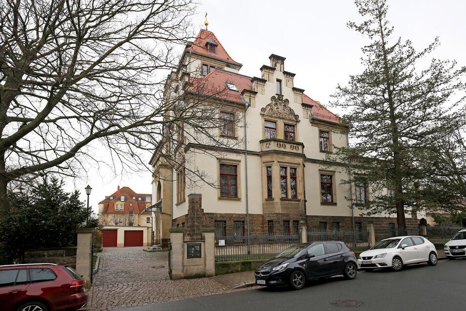 Die katholische Kirche in Riesa an der Lessingstraße. Das Haus war als Offizierskasino erbaut worden und wurde nach dem Ersten Weltkrieg als Kirche geweiht.