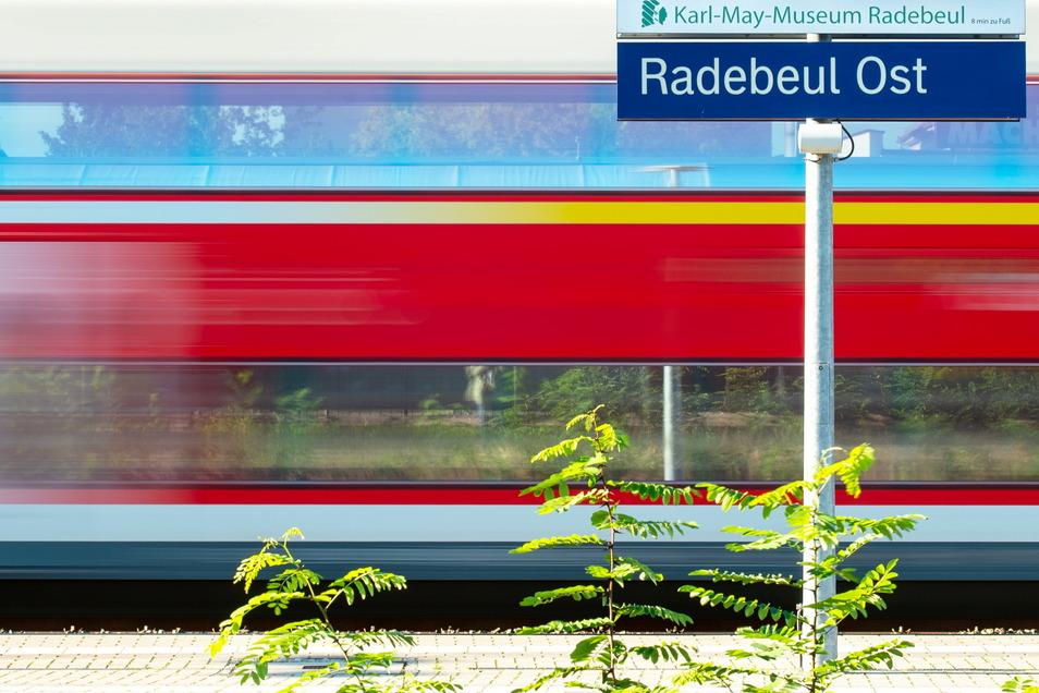 Auf dem Fernverkehrsgleis rollt der Saxonia-Express (RE 50) am Bahnsteig von Radebeul-Ost vorbei.
