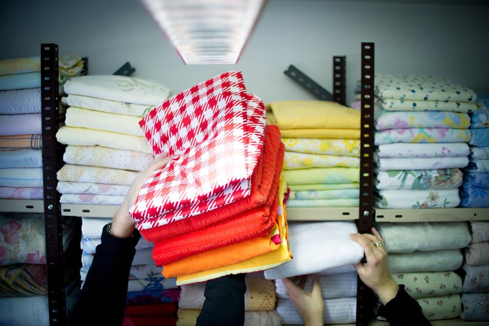 Im Radebeuler DRK-Kleiderladen werden unter anderem gebrauchte Kleidungsstücke, Haushaltswaren und Spielsachen verkauft.