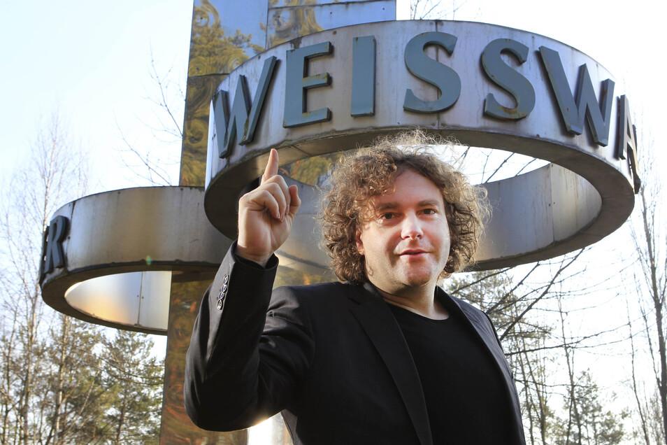 Statement für Weißwasser. Dieses Foto entstand zu Beginn der ersten Amtszeit des neu gewählten Oberbürgermeisters von Weißwasser. Torsten Pötzsch posierte damals für die Sächsische Zeitung vor den Toren seiner Stadt.