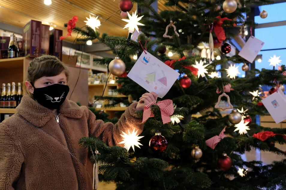 Die 13-jährige Lucy hat ihren Wunschzettel an den Weihnachtsbaum im Gutsmarkt von Schloss Wackerbarth gehängt.