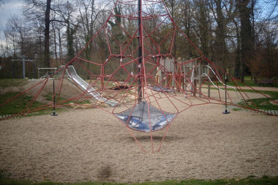 Ungewohntes Szenario: Der Spielplatz im Stadtpark ist verwaist. Das Verbot zum Betreten scheint Wirkung zu zeigen.